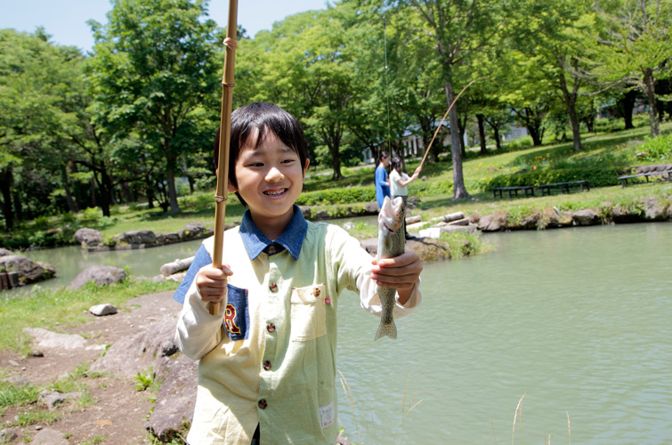 釣り体験をする少年の写真