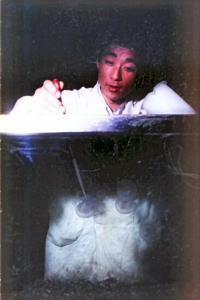 クラゲにエサを与える筆者(1967)