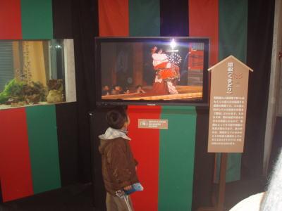 企画展会場にて~歌舞伎の映像に魅入る子供~