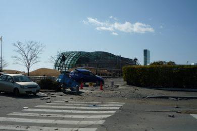 震災翌日の水族館正面入口