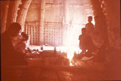 葦葺き小屋の囲炉裏端で