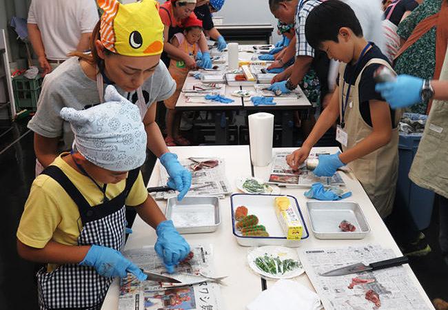 魚の調理風景